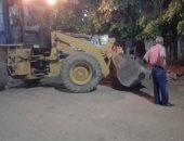 صور.. رئيس مدينة إسنا يقود حملة نظافة وإشغالات لرفع أطنان المخلفات ليلاً