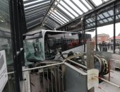 إصابة 2 على الأقل فى اصطدام حافلة بمبنى أحد المحطات بهامبورج بألمانيا.. صور
