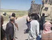 فيديو.. مزارعون سوريون يجبرون آليات أمريكية على التقهقر بريف الحسكة