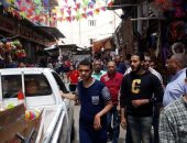 صور ..رغم التحذيرات.. زحام بأسواق الإسكندرية والأحياء تكثف حملاتها