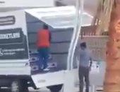مسئول تركى يوثق سرقة العدالة والتنمية فى تركيا مساعدات الفقراء.. فيديو
