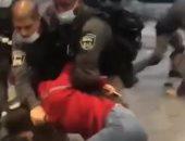 قوات الاحتلال تعتدى بالضرب على فتاة وشقيقها عند مدخل القدس.. فيديو