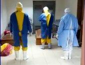 فيديو.. أطباء مستشفى الباجور يغسلون متوفيا بكورونا رفض أهله استلام الجثمان
