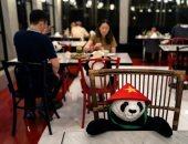 """من الباندا للمانيكان ..اعرف حيل المطاعم لمواجهة """"وحدة """" الزبائن بسبب كورونا"""