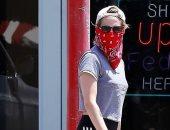 """كريستين ستيوارت تستغنى عن الكمامة وتغطي وجهها بـ""""بندانا""""..صور"""