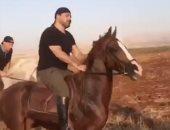 """عاصي الحلانى يمتطى حصانًا بجولة فروسية ويعلق: """"ما أطيب ريحة ترابك يا وطني"""""""