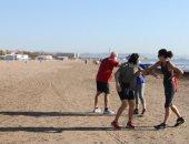 الحياة تعود لشواطئ فالنسيا فى إسبانيا بعد تخفيف قيود الإغلاق بسبب كورونا