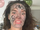 """قعدة البيت غلط عليها.. لينا هيدي تستخدم وجهها للرسم فى العزل المنزلي """"صورة"""""""