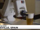 """فى إسبانيا فقط.. روبوت لتقديم البيرة للحفاظ على التباعد الاجتماعى """"فيديو"""""""