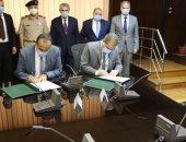 """""""الكهرباء"""" توقع عقد تنفيذ شبكة داخلية لـ50 ألف فدان بشرق العوينات"""