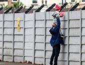 عشق ليفربول.. أب يحمل طفله على الأعناق لمشاهدة عودة تدريبات الريدز