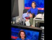 الأمومة مش سهلة.. مذيعة بقناة أمريكية تنيم طفلها على أرجلها خلال بث مباشر