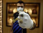 الأردنيون يخلدون ذكرياتهم مع فيروس كورونا على المشغولات الذهبية.. صور
