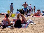 البريطانيون يتحدون كورونا.. الآلاف على الشواطئ لمواجهة حر الصيف.. فيديو