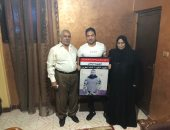 الفنان محمد حمدى فى زيارة لعائلة الشهيد خالد دبابة بعد تجسيد شخصيته فى الاختيار