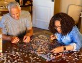 الملل يعمل أكتر من كدة.. أوبرا وينفرى وزوجها يرتبان puzzle بالعزل المنزلى