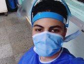 """جيشنا الأبيض.. """"عبد الله"""" فنى تمريض بمستشفى المنصورة على خط مواجهة كورونا"""
