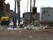 قارئ يشكو تراكم القمامة في الشارع بسبب عدم وجود صناديق بمنيا القمح