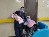 مستشفى إسنا للحجر تحتفل بخروج وشفاء أم أول مولودة على يد الفريق الطبى