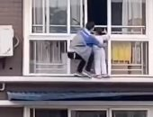 """""""سبايدر مان حقيقى""""..عامل صيني يتسلق 6 أدوار لإنقاذ فتاة من الموت..فيديو وصور"""