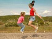 هل لعب الأطفال أمام البيت في العيد قد يصيبهم بكورونا؟