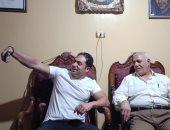 """الفنان محمد حمدى يلتقط سيلفى مع والد الشهيد خالد مغربى """"دبابة"""" ويدون رسالة له"""