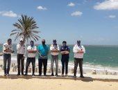 شباب شمال سيناء يتطوعون لمنع رواد شاطئ العريش من التواجد فى العيد.. صور