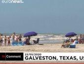 مئات العائلات تستمع على شواطئ تكساس بأشعة الشمس مع الالتزام بالتباعد الاجتماعى
