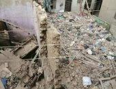 صور.. انهيار عقار شمال الجيزة وتصدع منزلين بجواره