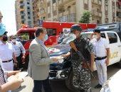 صور .. محافظ المنوفية يوزع العيدية وكحك العيد على أفراد الشرطة وعمال النظافة
