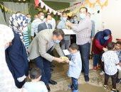 صور .. محافظ المنوفية يوزع العيدية والهدايا وكحك العيد على الأطفال الأيتام بدار السيدة نفيسة