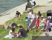 فرنسيون يتنزهون على ضفاف نهر السين بباريس مع احترام قواعد التباعد.. فيديو