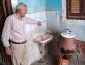 رئيس مدينة إسنا يتفقد قرية الدير لحل شكوى ضعف مياه الشرب.. صور