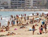 الأسبان يزحفون إلى الشواطئ بعد تخفيف قيود كورونا