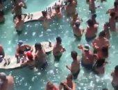 ينتهك قواعد الوقاية من كورونا.. فيديو لـ حمام سباحة مكتظ بالأشخاص يثير جدلا فى أمريكا