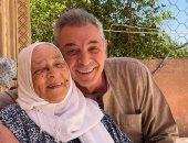 عيد سعيد على كل أم.. محمود حميدة يحتفل بعيد الفطر بصورة مع والدته