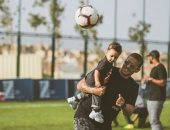 """""""ابن الوز عوام"""".. محمد زيدان يعلم ابنه الصغير مهارات لعب كرة القدم"""