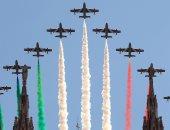 عرض جوي عسكري بالعلم الإيطالي فوق سماء ميلان لدعم الأطباء ضد كورونا.. صور