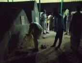 صور.. دفن جثمان سيدة متوفاة بكورونا بمقابر قرية الهياتم  بالمحلة