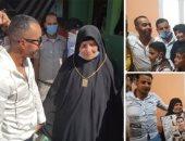 شاهد.. الفنان تامر مجدى يقبل يد والد الشهيد على السيد ويهدى الأسرة لوحة لصورة الشهيد