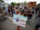 احتجاجات بولاية مينيسوتا الأمريكية بسبب قتل شرطى لرجل أسود خنقا