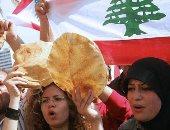 عشرات اللبنانيين يضعون الزهور فى شارع ببيروت شهد قيام رجل بقتل نفسه