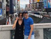 """بعد إعادة فتح البلاد.. إنييستا مع زوجته في شوارع اليابان """"صورة"""""""