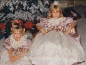 بنفس الفستان.. باريس هيلتون تستعيد ذكريات الطفولة مع شقيقتها بصورة من الأرشيف
