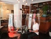 تاج الملك وأباجورة بلاستيك.. أحدث طرق المطاعم لإلزام الزبائن بالتباعد الاجتماعى