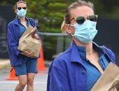 بعد تأجيل زفافها بسبب كورونا.. سكارليت جوهانسون تتسوق وحيدة بالكمامة