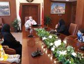 محافظ بورسعيد يستقبل زوجة عامل دليفرى توفى بحادث ويقرر صرف مبلغ شهرى لأسرته