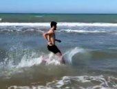 شاهد.. فرجاني ساسي يتدرب على شاطئ البحر مع مدرب خاص
