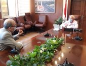 محافظ بورسعيد يبحث مع وكيل التعليم تقييم المشروعات البحثية للشهادة الإعدادية