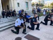 فيديو.. بالأحضان والرقص والركوع.. اعتذار الشرطة الأمريكية للمتظاهرين